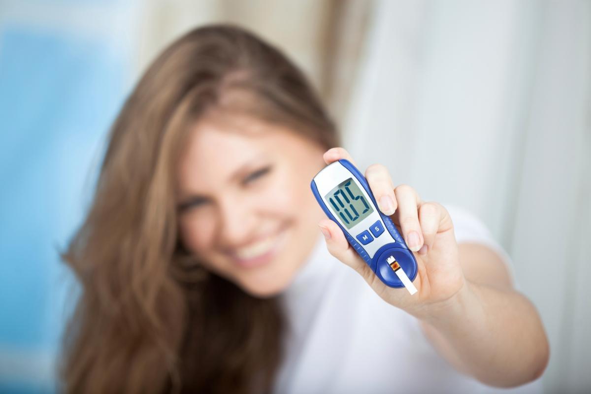 mierzenie poziomu cukru glukometrem