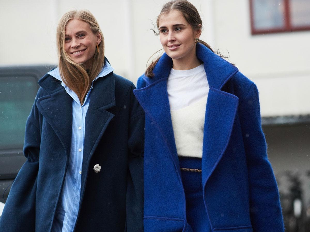 Modelki w granatowych płaszczach