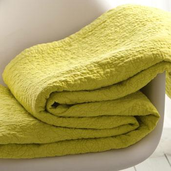 Modna narzuta w kolorze soczystej zieleni -inspiracje marki Zara Home
