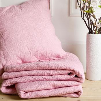 Stylowa narzuta w kolorze różu -inspiracje marki Zara Home