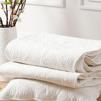 Stylowa narzuta w kolorze bieli z wytłaczanym wzorem -Zara Home