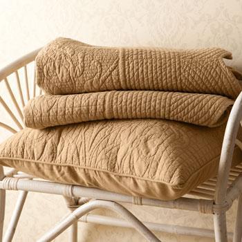 Modna narzuta w kolorze jasnego brązu o delikatym wzorze -inspiracje marki Zara Home