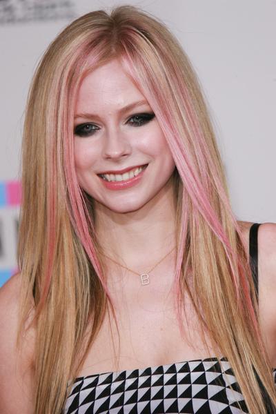 Avril Lavigne - fryzury i makijaże wieczorowe gwiazd