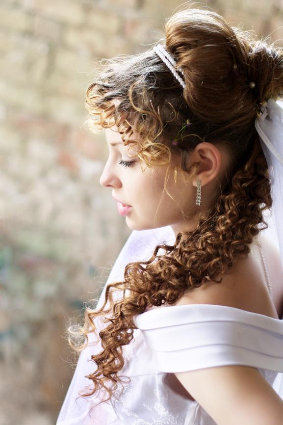 Upięcie Retro Do Włosów Kręconych Z Welonem Modne Fryzury