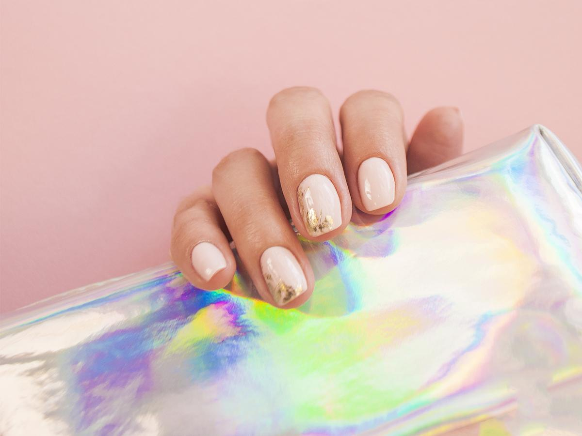 złote paznokcie hybrydowe 2021 2022
