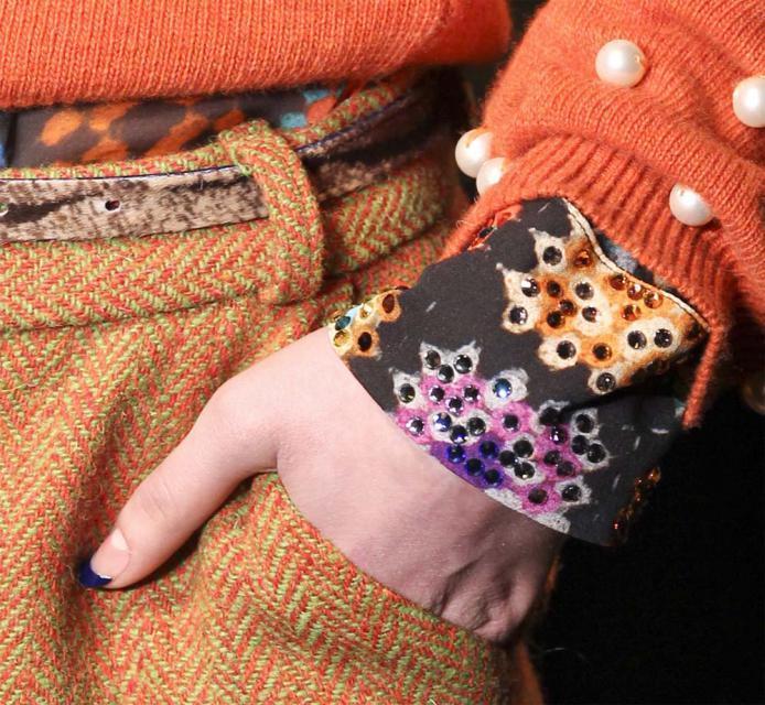 manikiur, trendy, modne paznokcie, złoto