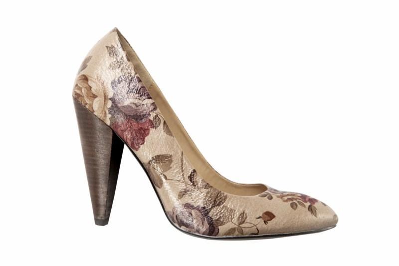 beżowe pantofle Mohito w kwiaty - wiosenna kolekcja