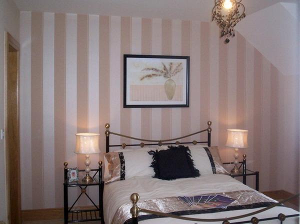 Różowe paski sypialnia