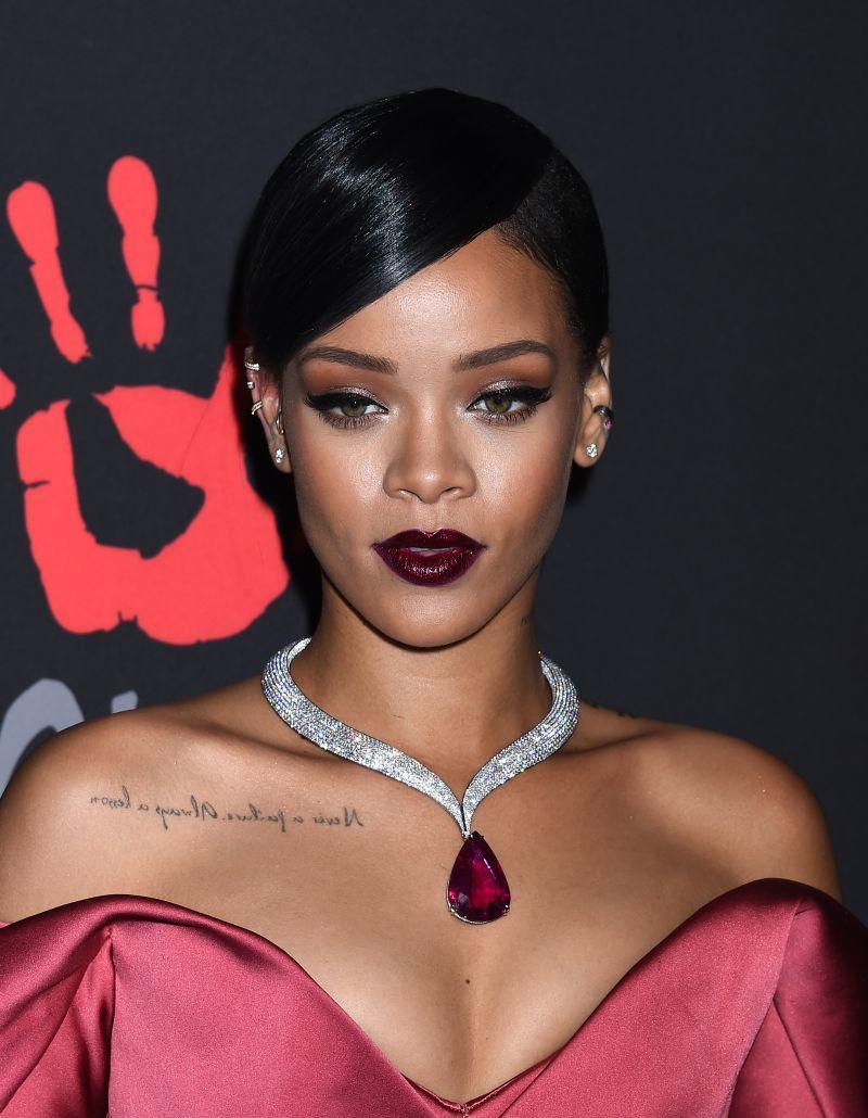 Rihanna - fryzura na studniówkę