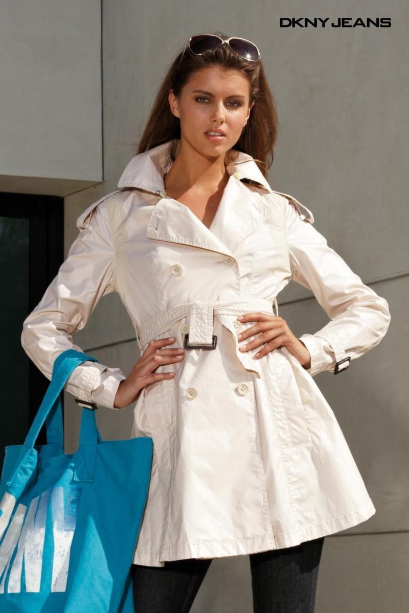 biały płaszcz Next - trendy wiosna-lato