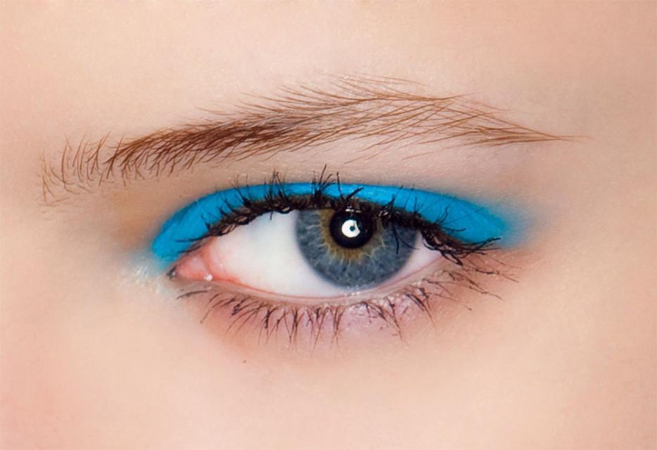 niebieski makijaż, cień do powiek, błękit