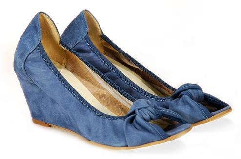 niebieskie pantofle Venezia z kokardą na koturnie - wiosna-lato 2011