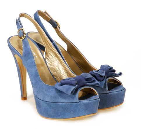 niebieskie pantofle Venezia z kokardą na platformie - moda 2011