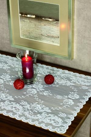 Klasyczny haftowany obrus w kolorze bieli -pomysłowa aranżacja