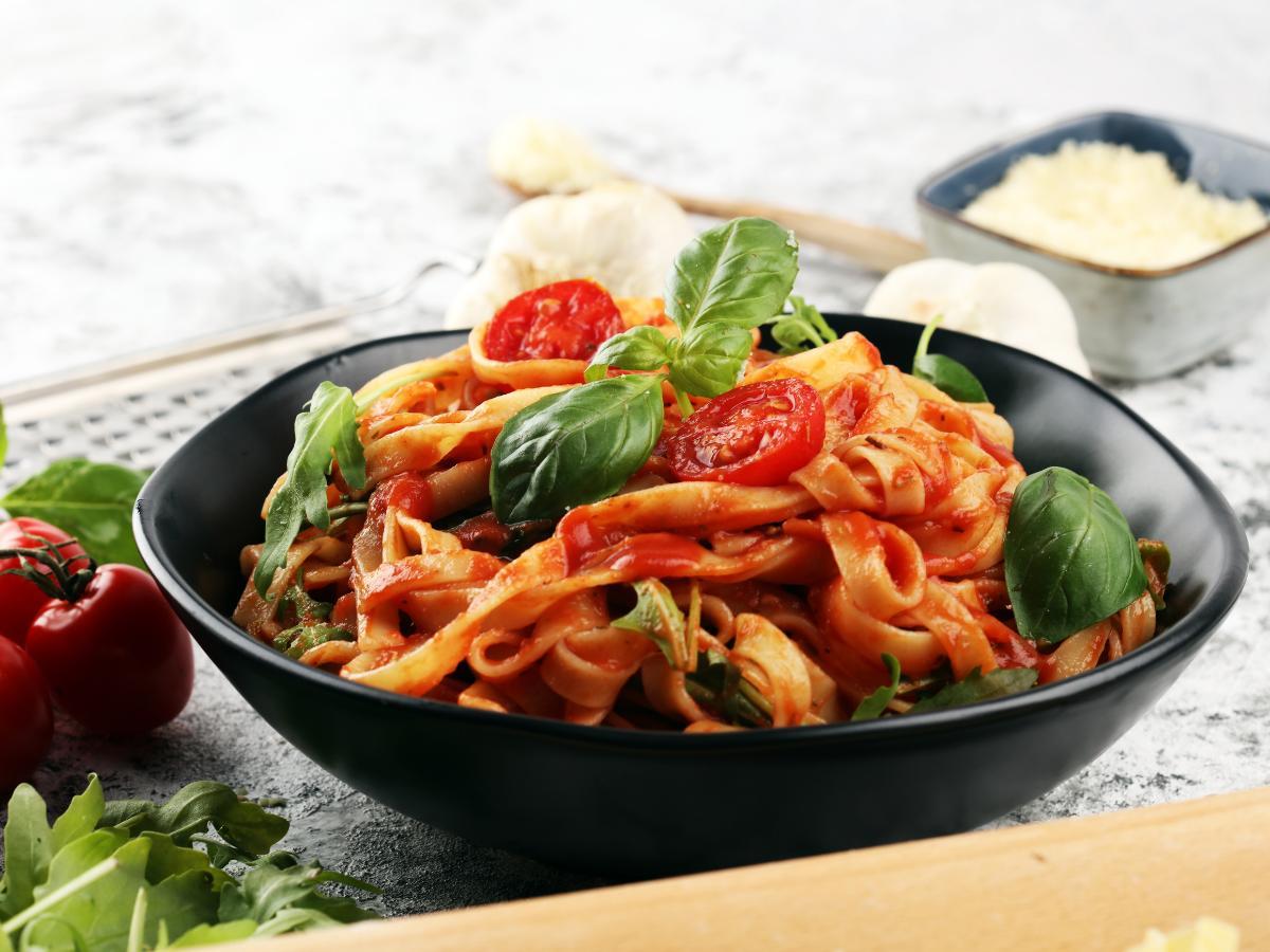 Makaron z pomidorami i cukinią