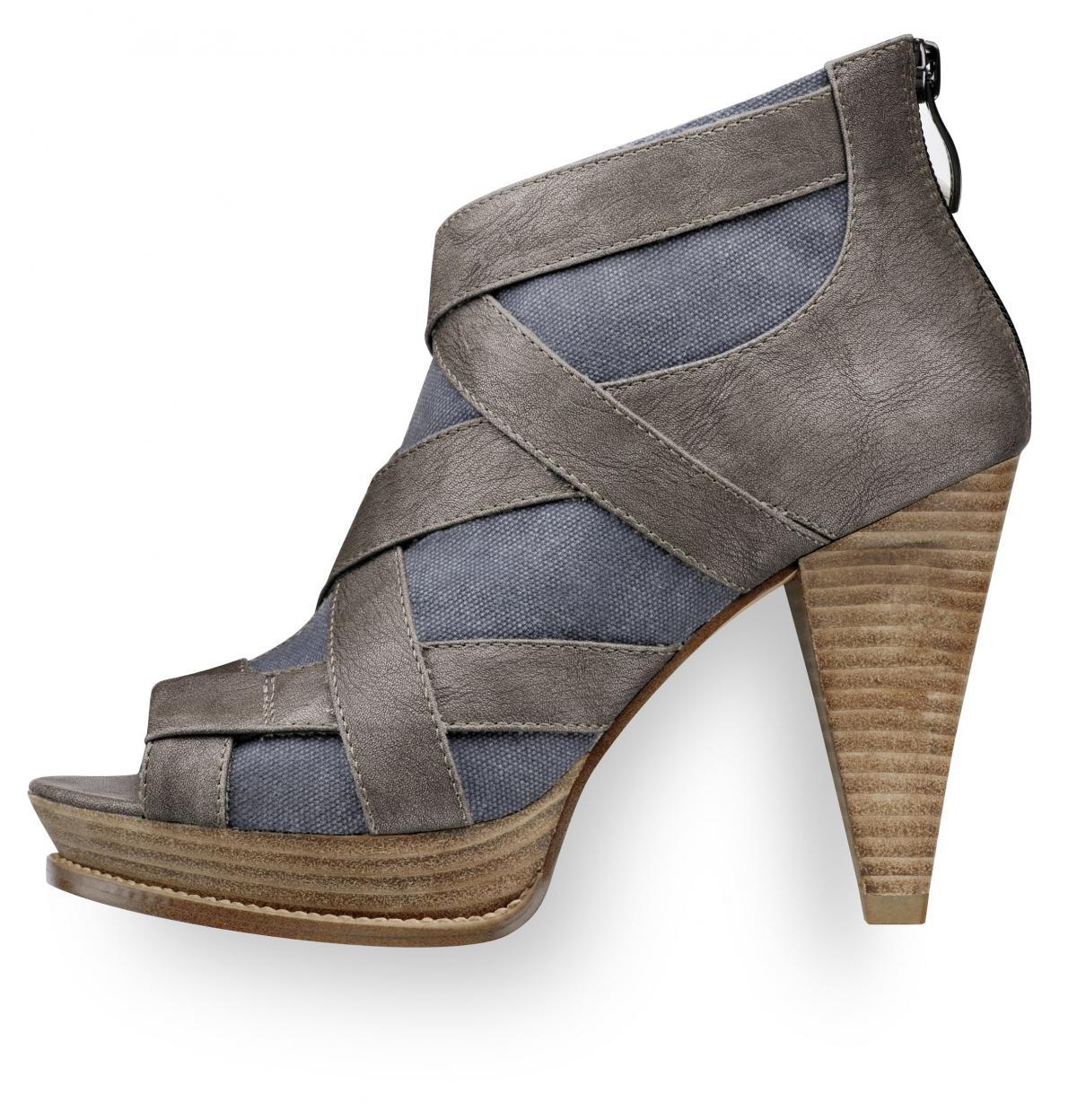 niebieskie pantofle Tamaris na wysokim obcasie - wiosna 2011