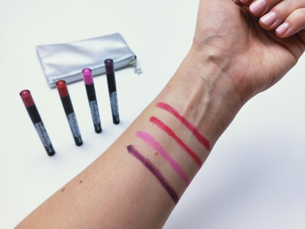 Odcienie mocne Epic Lip Powder Pen Avon