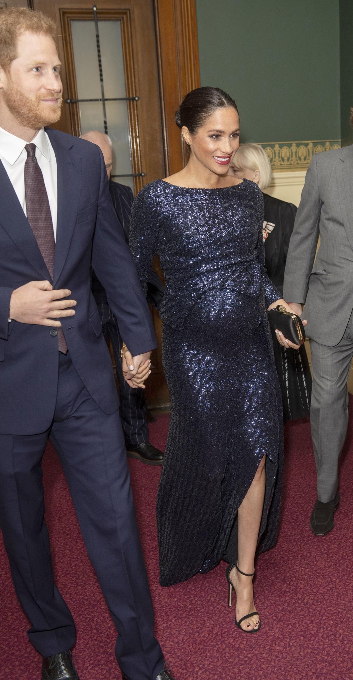 Ciężarna księżna Meghan w cekinowej sukni