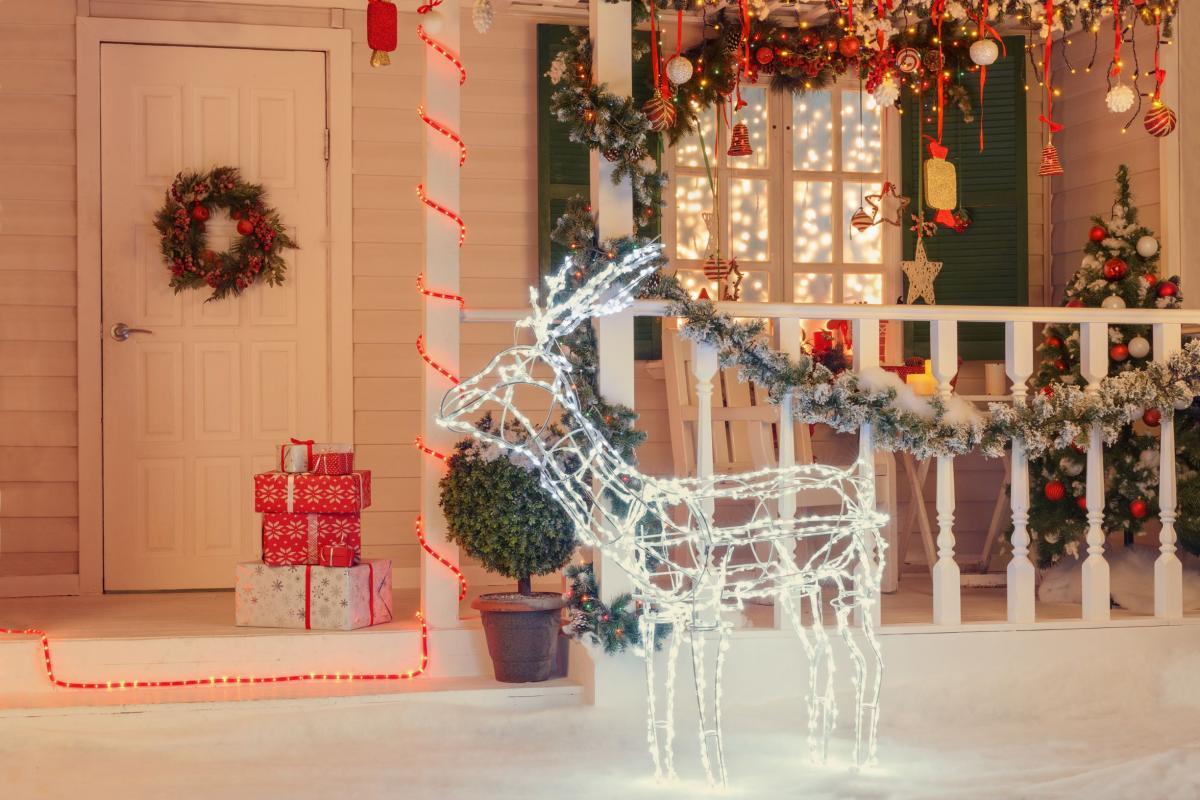 Ozdoby świąteczne na zewnątrz: świecący renifer