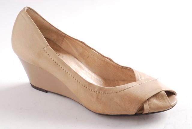 beżowe pantofle Ryłko na koturnie - trendy wiosna-lato