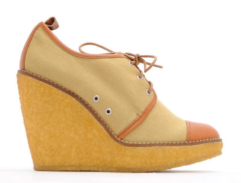 brązowe pantofle Mango na koturnie - moda 2011