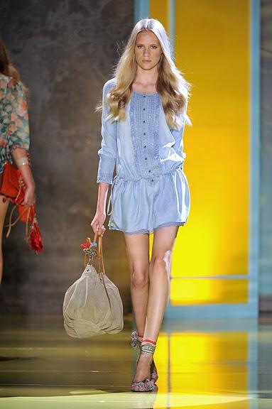 niebieska sukienka Patrizia Pepe z guzikami - wiosna/lato 2011