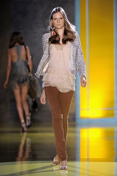 brązowe spodnie Patrizia Pepe rurki - moda wiosna/lato