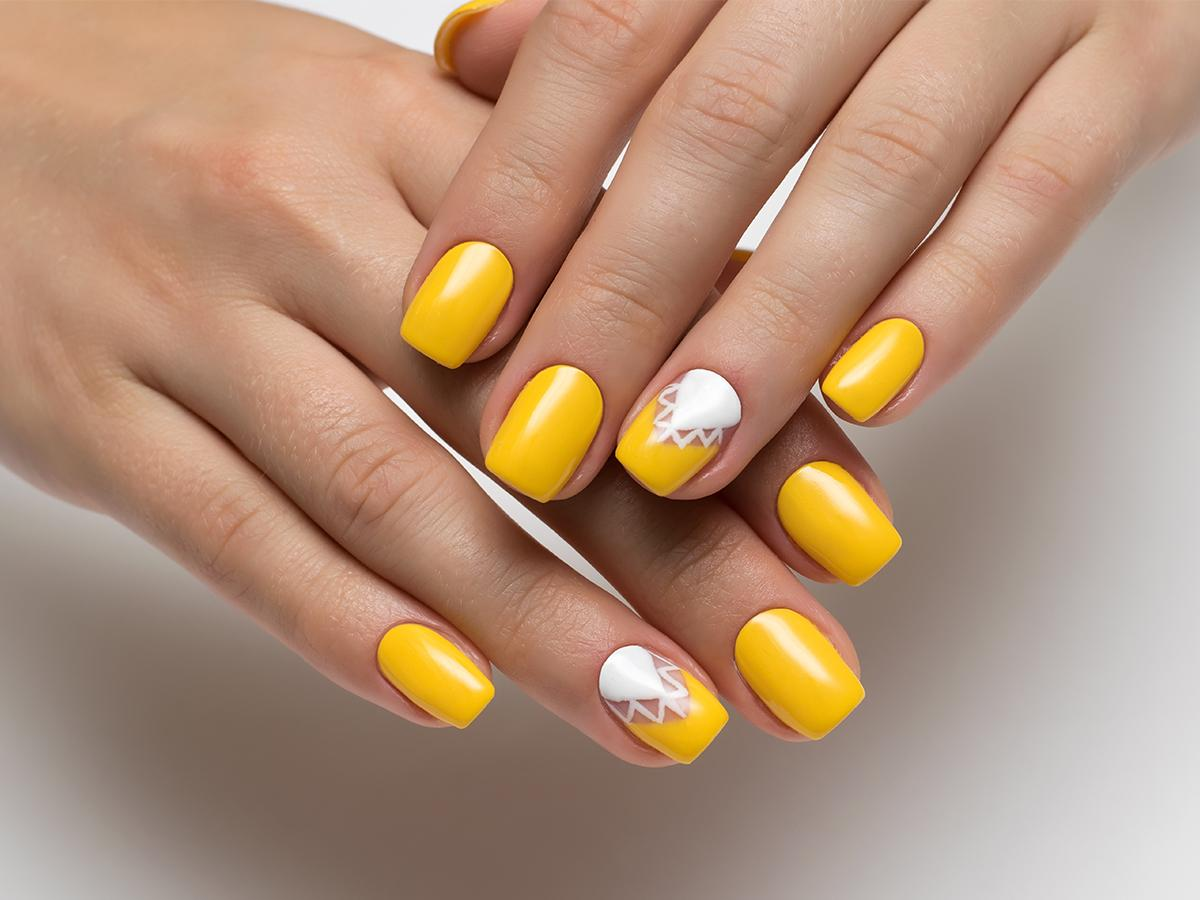 żółty lakier na paznokciach