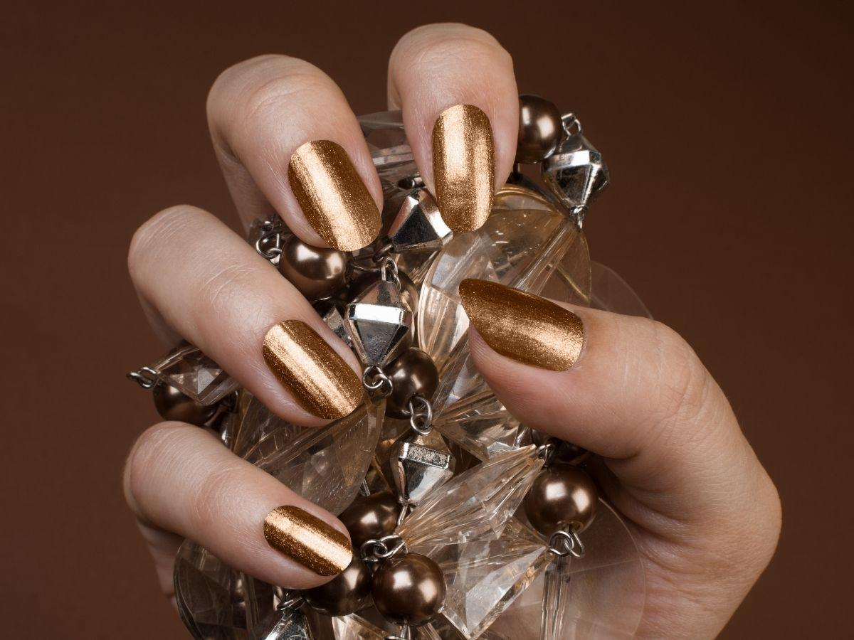 modne paznokcie na święta 2021 złote