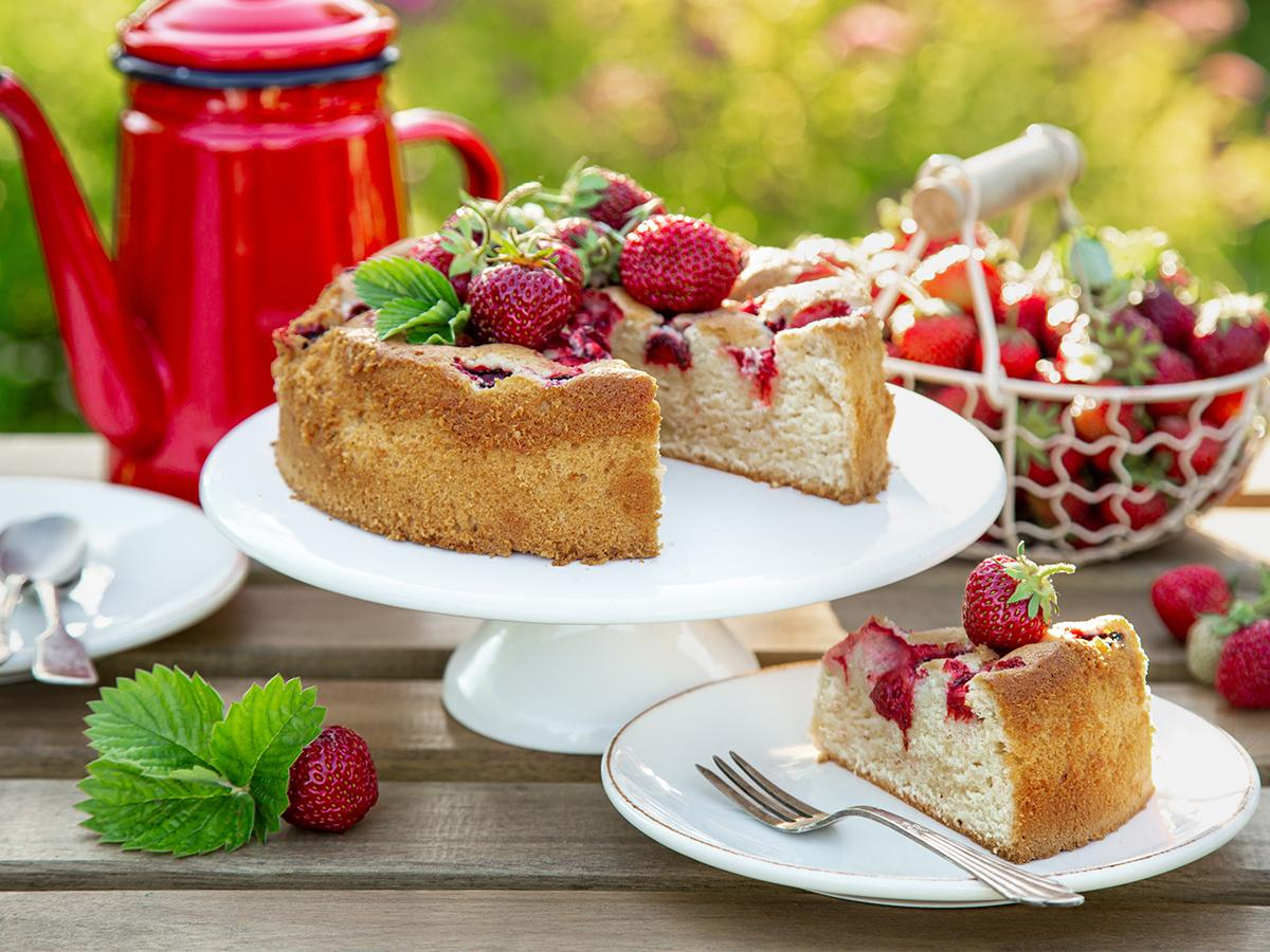 przepis na ciasto biszkoptowe z truskawkami