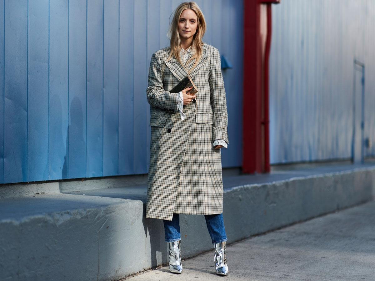 Modelka w płaszczu w kratę