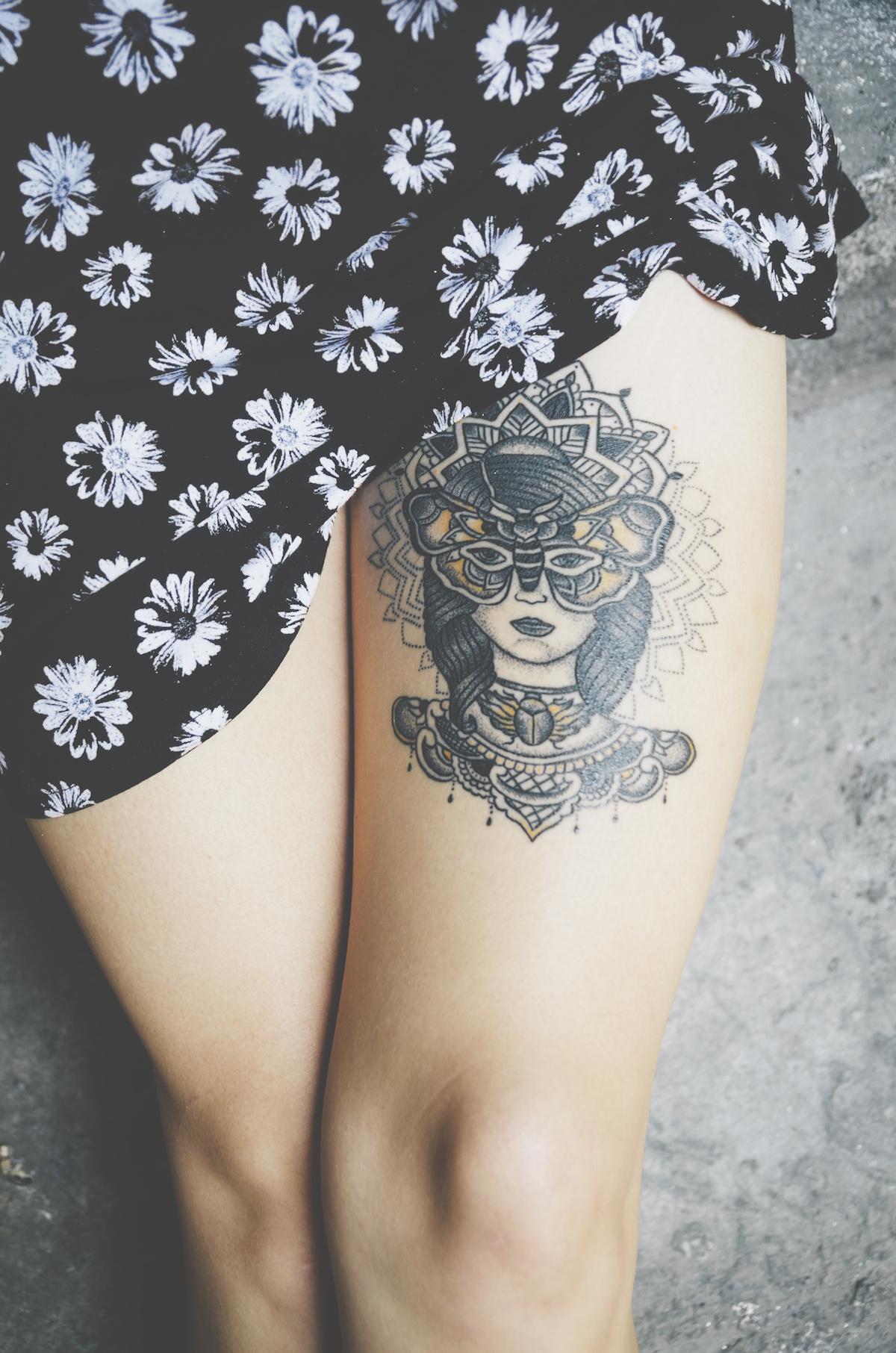 tatuaż damski na udzie