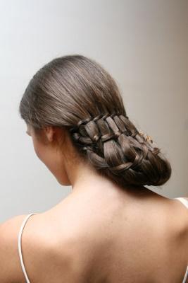 Piękne brązowe długie przeplatane włosy