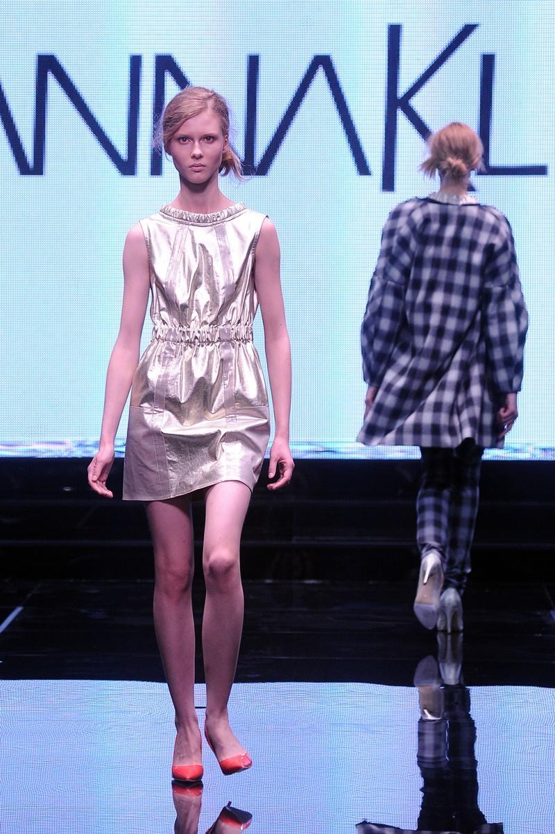 sukienka Joanna Klimas w kolorze złotym - moda 2013
