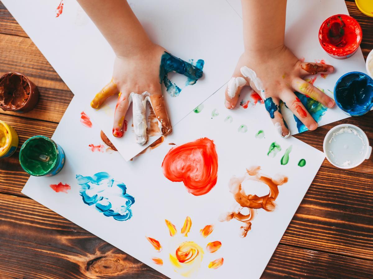 praca plastyczna - Dzień Dziecka malowanie rekami