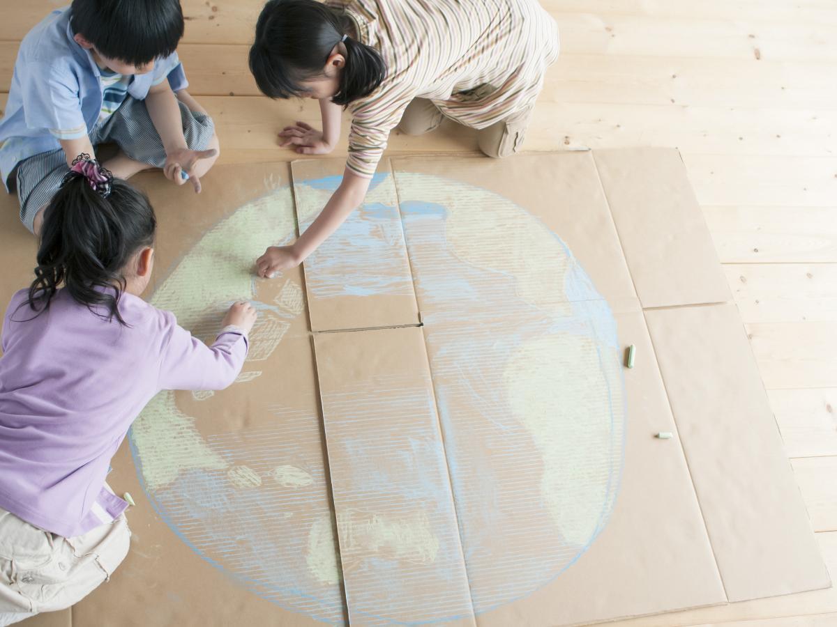 Praca na Dzień Ziemi z kartonu z recyklingu
