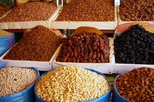 jedzenie, żywność, bakalie, orzechy, orzechy włoskie, rodzynki, migdały, śliwki, susz, suszone owoce, bazar/fot. Fotolia
