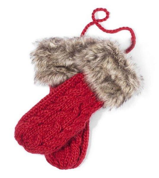 Ciepłe, czerwone rękawiczki ze sztucznym futerkiem i sznurkiem, który zabezpiecza przed zgubieniem . Cropp, 34,99 zł