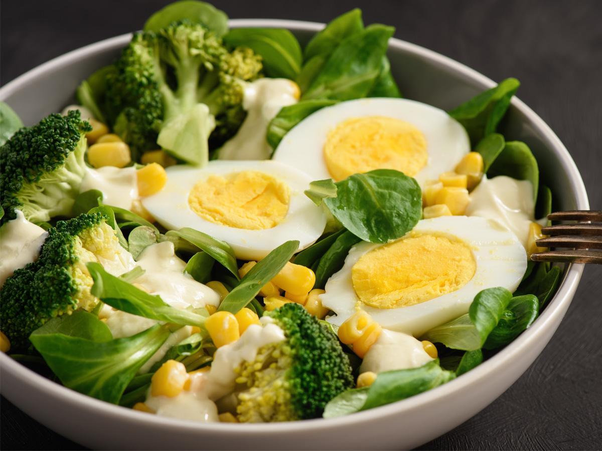 sałatka z jajek brokułów i kukurydzy