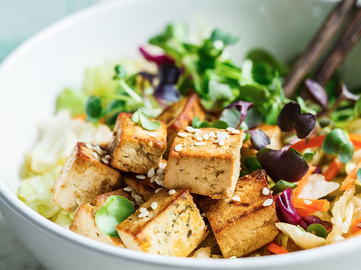 przepis na sałatkę z tofu i rukolą