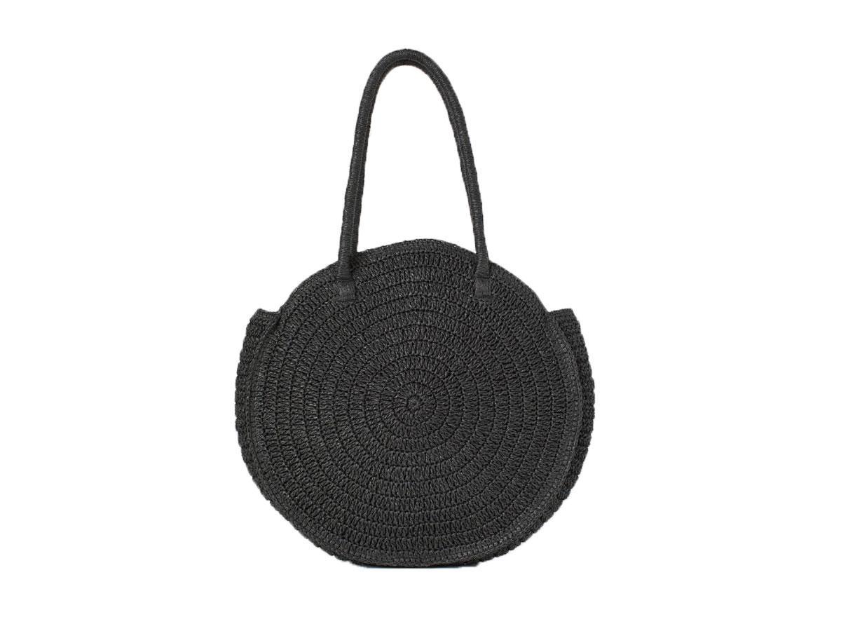 Czarna okrągła torebka słomkowa, H&M, cena ok. 129,99 zł