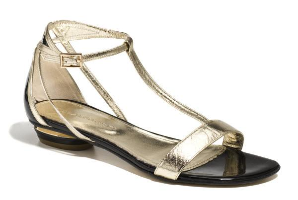 Skórzane, płaskie sandały - przegląd