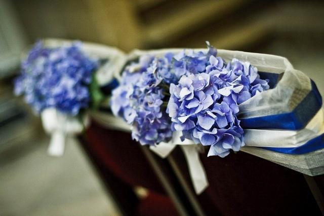 ślubne dekoracje kwiatowe w kolorze niebieskim