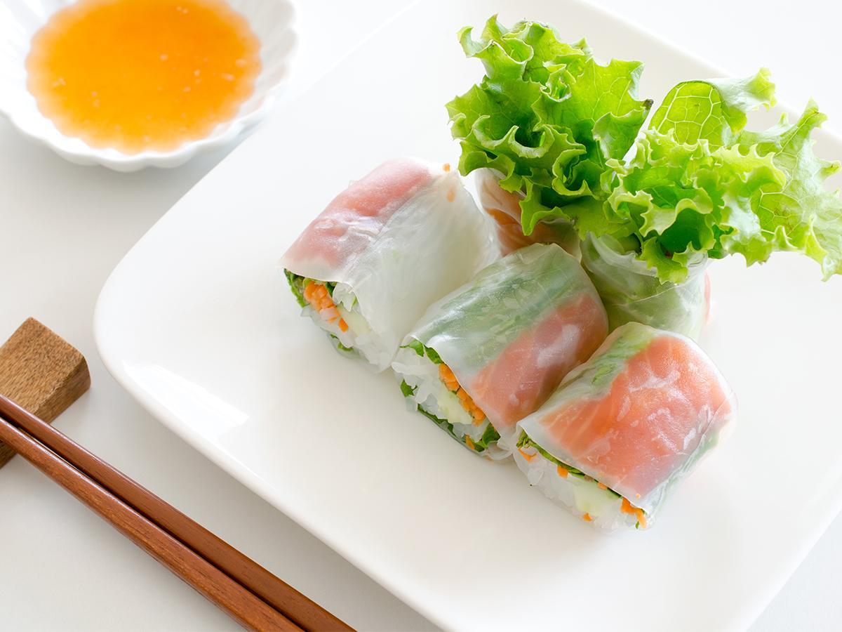 przepis na spring rolls z łososiem