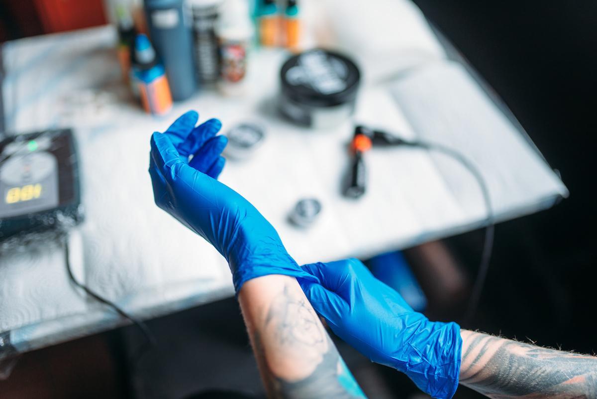 tatuażysta w rękawiczkach