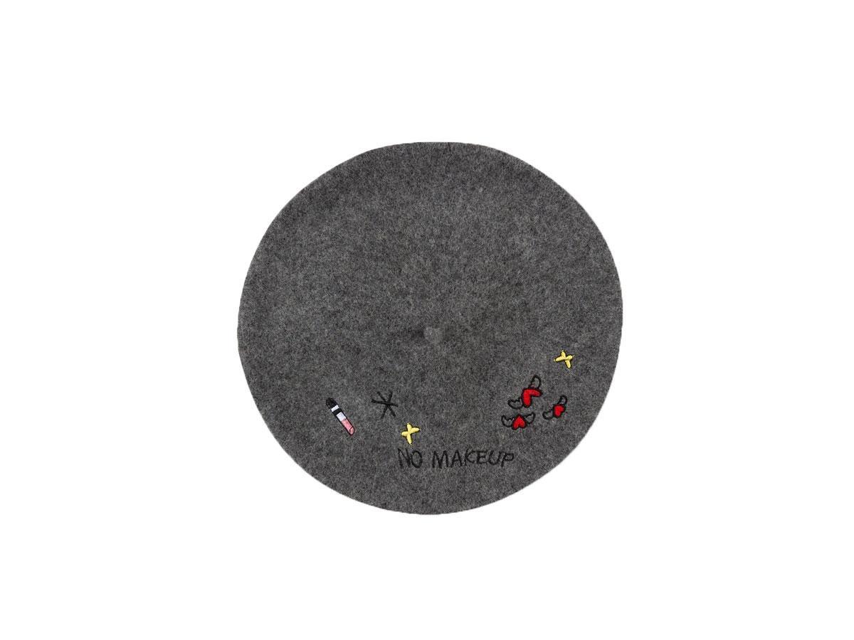 Wełniany beret z naszywkami, C&A, cena ok. 25,00 zł (z 39,00 zł)