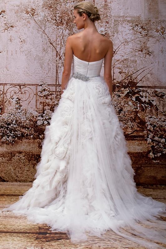 3876ef5873 Stylowe długie suknie ślubne - przedstawiamy najpiękniejsze propozycje. Aż  56 zdjęć! Tył - nietypowa struktura falban