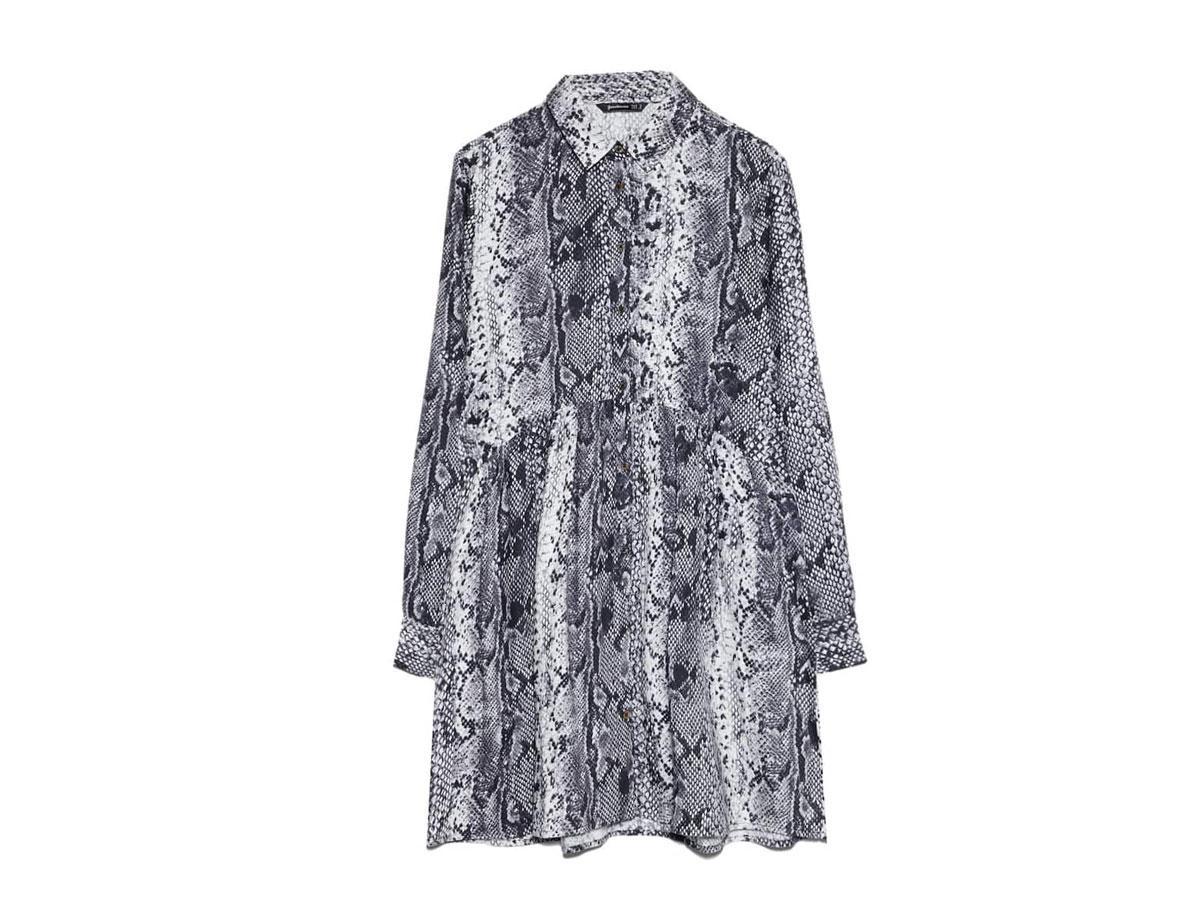 Koszulowa sukienka w wężowy wzór, Stradivarius, cena ok. 79,90 zł