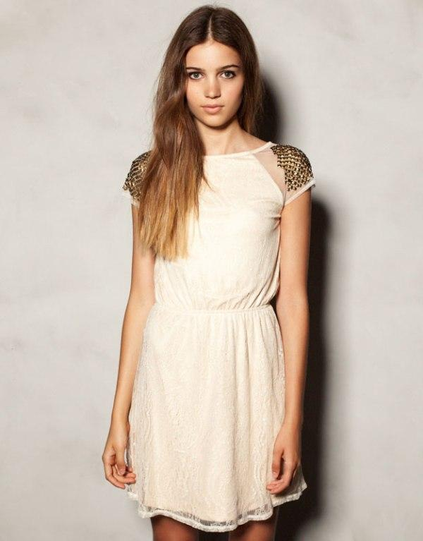 Jasna, koronkowa sukienka ze zdobieniami na ramionach. Pull&Bear, 139,90 zł