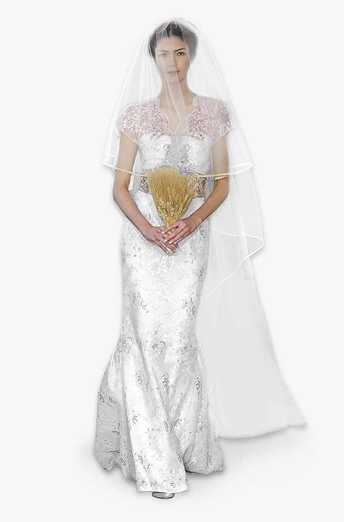 suknia ślubna Carolina Herrera ze zdobieniami z krótkam rękawem